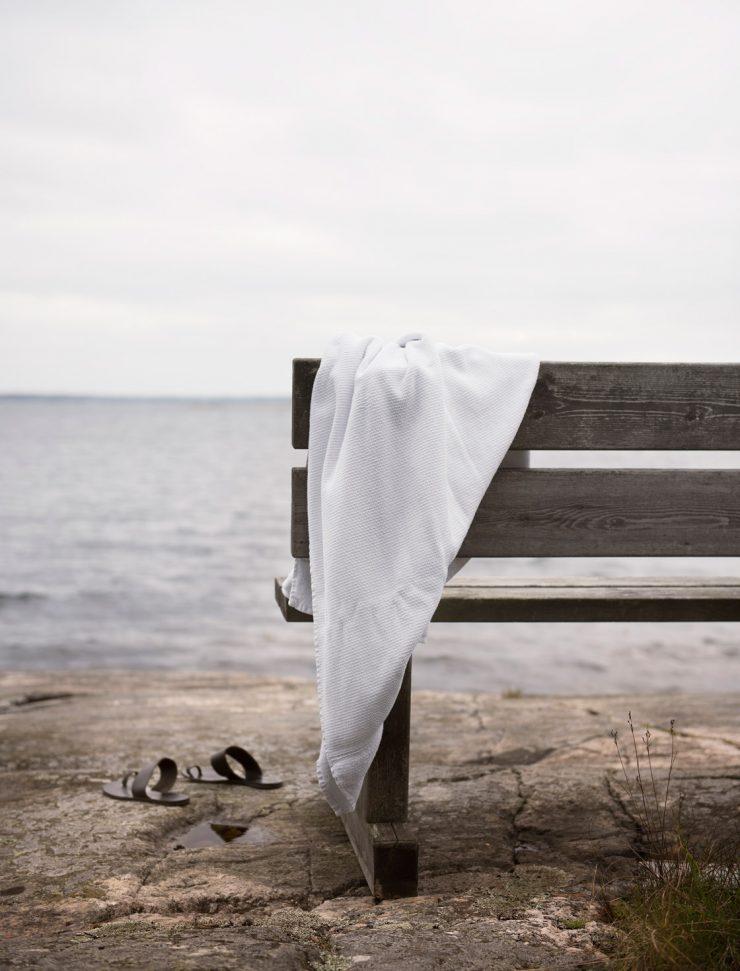 Handduk på bänk